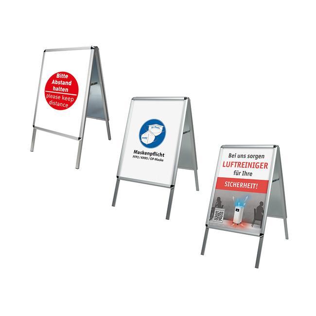 Caballete publicitario con diferentes carteles